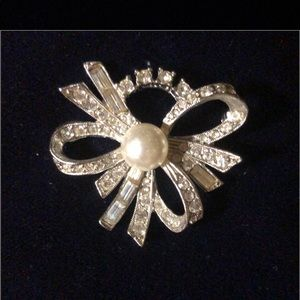 Silver toned Pearl & clear crystal bow brooch